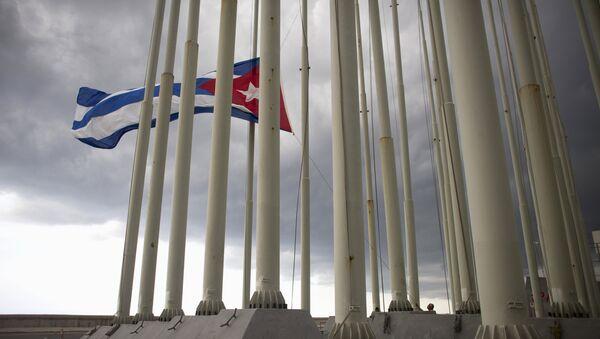 A man lowers the Cuban flag in Havana, August 15, 2015 - Sputnik Mundo