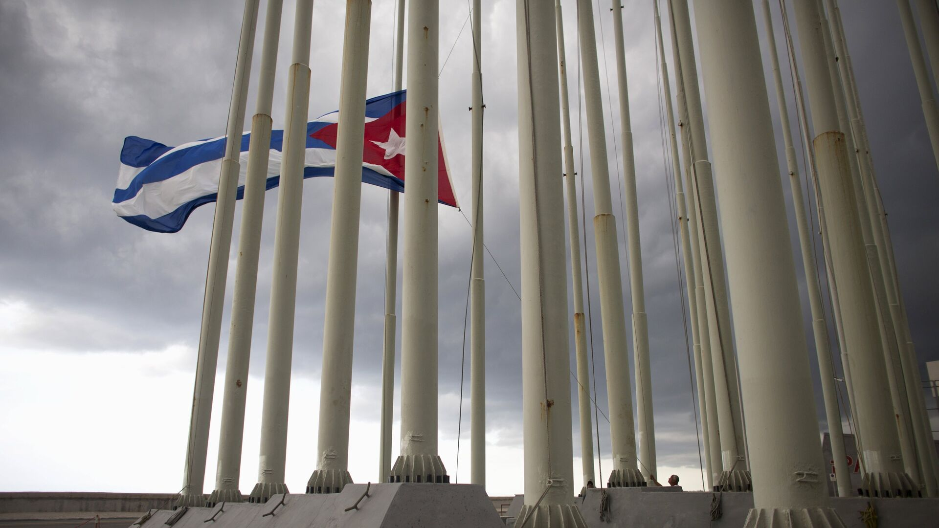A man lowers the Cuban flag in Havana, August 15, 2015 - Sputnik Mundo, 1920, 19.04.2021