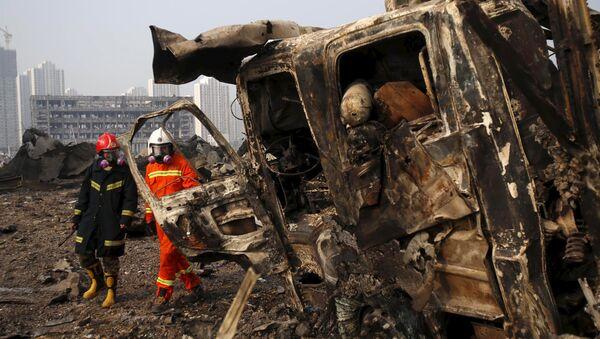 Bomberos en el lugar de accidente de Tianjin - Sputnik Mundo
