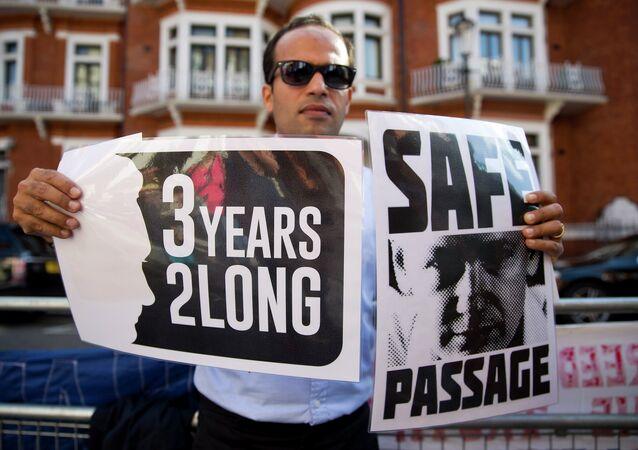 Partidarios del fundador de WikiLeaks, Julian Assange (archivo)