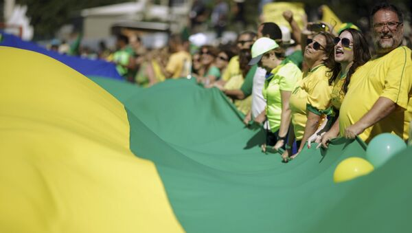 """Miles de manifestantes gritan en Copacabana contra Dilma y """"la amenaza comunista"""" - Sputnik Mundo"""