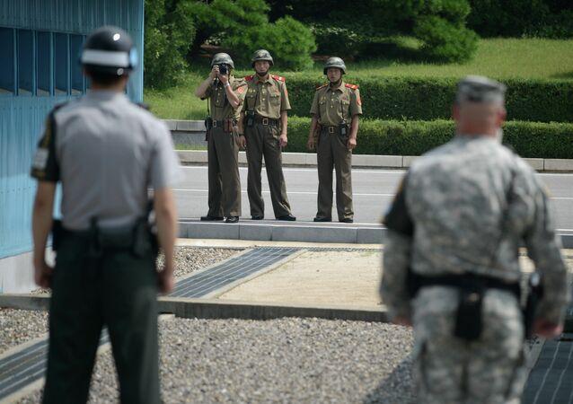 Soldados norcoreanos toman una foto de soldados de Corea del Sur y EEUU