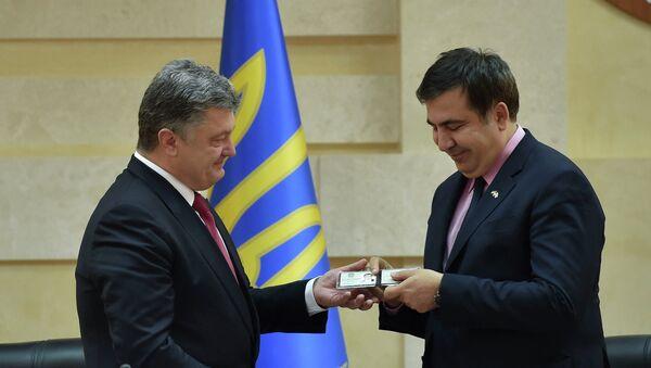 Presidente de Ucrania, Petró Poroshenko y gobernador de la región de Odesa, Mijaíl Saakashvili - Sputnik Mundo