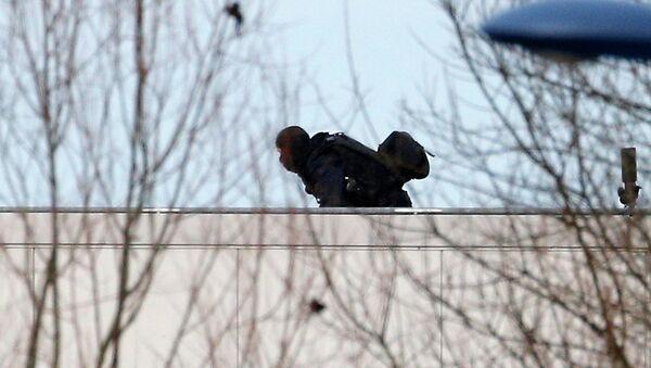 Un policía durante la operación especial contra los hermanos Kouachi en la a localidad de Dammartin-en-Goële, a las afueras de París. 9 de enero de 2015 - Sputnik Mundo