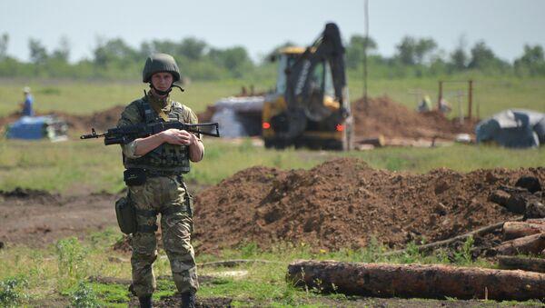 Militares ucranianos cavan trincheras en la frontera con Rusia - Sputnik Mundo