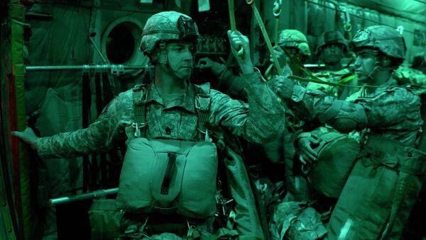 Paracaidistas estadounidenses durante las maniobras Swift Response 15 - Sputnik Mundo