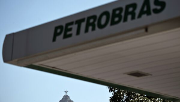 Parcial view of a Petrobras petrol station with Rio's landmark Christ the Redeemer atop Corcovado hill in the background, in Rio de Janeiro, Brazil, on August 19, 2015.  - Sputnik Mundo