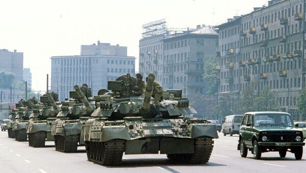 Tanques en las calles de Moscú durante intentona golpista de 1991 - Sputnik Mundo