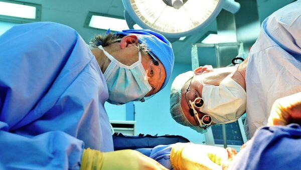 Doctores durante una operación - Sputnik Mundo