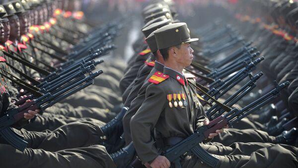 Soldados norcoreanos durante un desfile militar - Sputnik Mundo