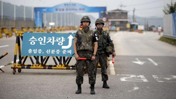 Южнокорейские солдаты стоят на контрольно-пропускном пункте разделяющей две Кореи в Пхаджу - Sputnik Mundo