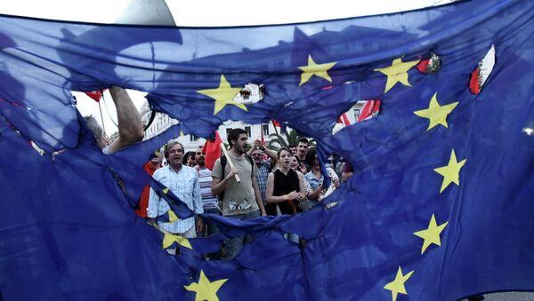 Miembros de los partidos izquierdistas queman la bandera de UE durante la protesta en Salónica, Grecia, el 28 de junio, 2015 - Sputnik Mundo
