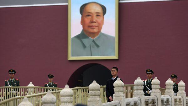 Un retrato del líder comunista chino Mao Zedong en La Puerta de Tiananmen en Pekín - Sputnik Mundo
