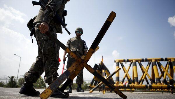 Militares surcoreanos en la zona desmilitarizada de Corea - Sputnik Mundo