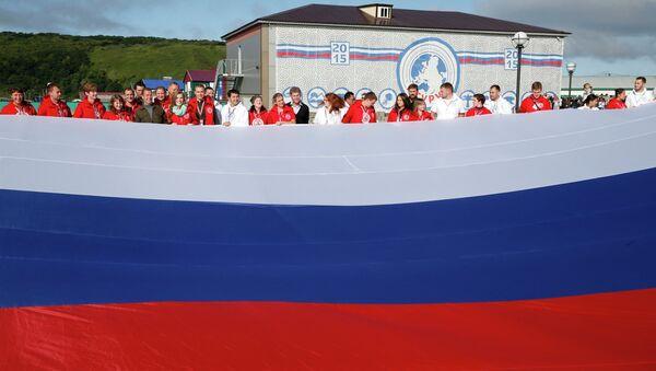Medvédev celebra el Día de la Bandera Nacional en foro juvenil - Sputnik Mundo