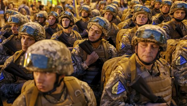 Ukrainian servicemen take part in a rehearsal for the Independence Day military parade, in the center of Kiev, Ukraine - Sputnik Mundo