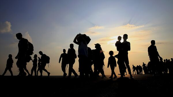 Syrian refugees from Kobani walk at the port of Kos following a rescue opperation off the Greek island of Kos August 10, 2015 - Sputnik Mundo
