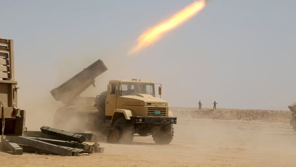 Iraqi security forces launch a rocket towards Islamic State militants on the outskirts of Anbar province, Iraq August 22, 2015 - Sputnik Mundo