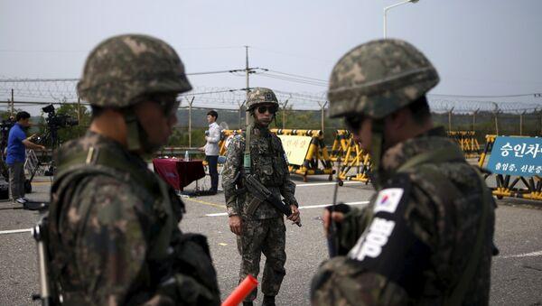 Soldados surcoreanos estan de guardia cerca de la zona desmilitarizada, el 24 de agosto, 2015 - Sputnik Mundo