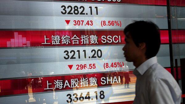 Pantalla con los índices bursátiles chinos en Hong Kong - Sputnik Mundo