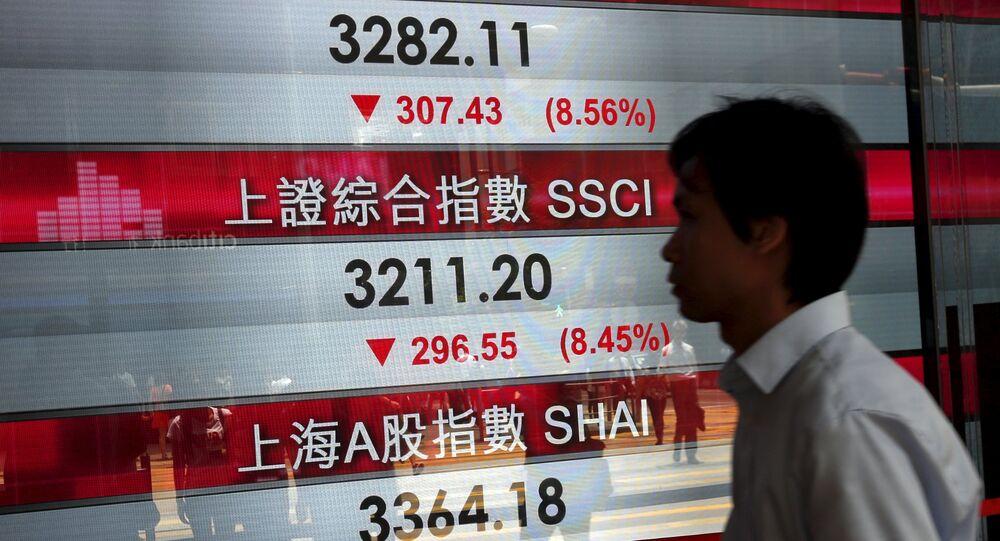 Pantalla con los índices bursátiles chinos en Hong Kong