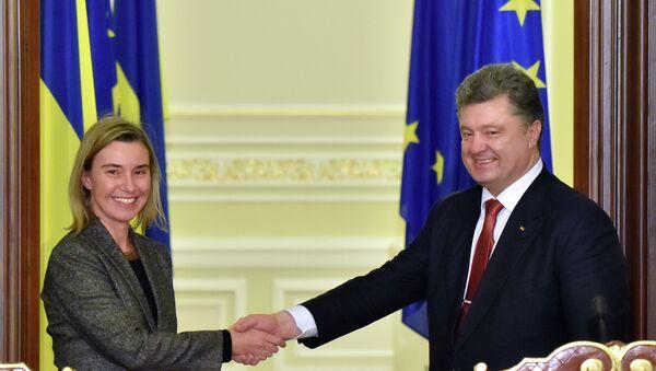 Alta representante de UE, Federica Mogherini, y presidente de Ucrania, Petro Poroshenko - Sputnik Mundo