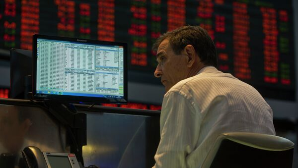 A system operator at Sao Paulo's Stock Exchange (Bovespa) looks at a monitor, in Sao Paulo, Brazil, on October 2, 2013. - Sputnik Mundo