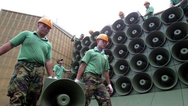 Soldados de ejército surcoreano llevan las altavoces que transmiten propaganda - Sputnik Mundo
