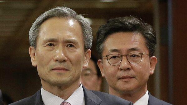 Kim Kwan-jin, jefe del equipo negociador surcoreano (izda,) - Sputnik Mundo