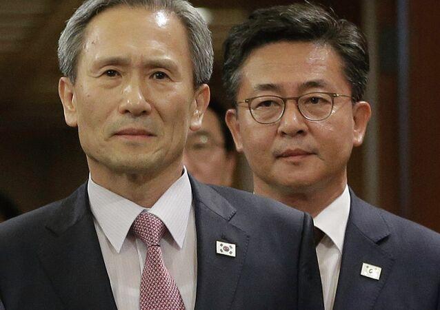 Kim Kwan-jin, jefe del equipo negociador surcoreano (izda,)