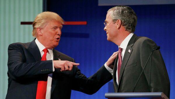 El precandidato presidencial del opositor Partido Republicano de EEUU, Donald Trump, y su rival, el exgobernador de Florida, Jeb Bush - Sputnik Mundo