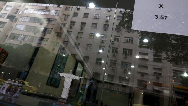 Un signo que da muestra los tipos de cambio del dólar real en Brasil - Sputnik Mundo