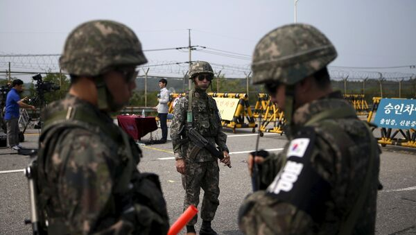 Soldados de Corea del Sur cerca de la zona desmilitarizada que separa las dos Coreas (Archivo) - Sputnik Mundo