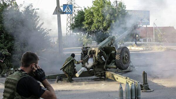 Los milicianos de Donbás disparan contra las posiciones de Ejército ucraniano (Archivo) - Sputnik Mundo