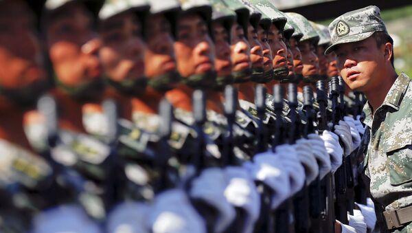 Soldados del ejército chino durante el ensayo de un desfile militar en Pekín, el 22 de agosto, 2015 - Sputnik Mundo