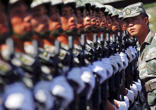 Soldados del ejército chino durante el ensayo de un desfile militar en Pekín, el 22 de agosto, 2015