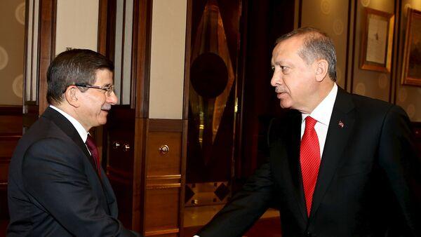 Tayyip Recep Erdogan, presidente de Turquía, y Ahmet Davutoglu, primer ministro de Turquía, en el Palacio Presidencial en Ankara, el 25 de agosto, 2015 - Sputnik Mundo
