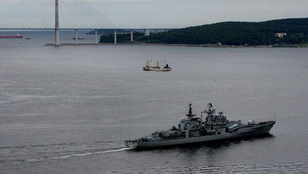 El destructor chino Taizhou durante las maniobras navales ruso-chinos en Vladivostók en 2015 - Sputnik Mundo