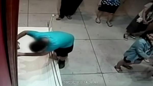 Niño destruye por accidente una pintura de $1,5 millones - Sputnik Mundo