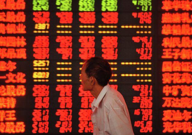 Pantalla con precios del mercado de valores en China