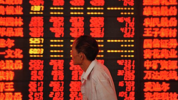 An investor checks stock market prices at a securities firm in Fuyang, in eastern China's Anhui province - Sputnik Mundo