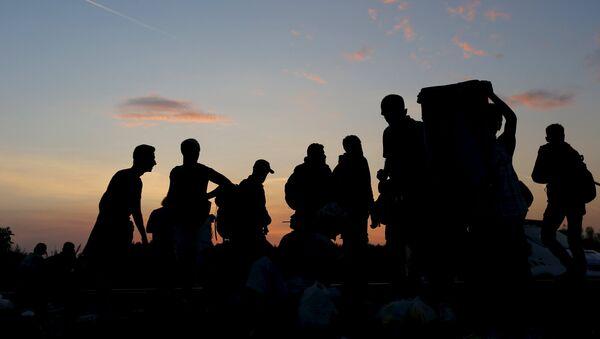 Inmigrantes sirios en la frontera húngaro-serbia - Sputnik Mundo