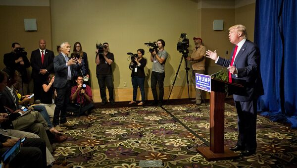 Trump expulsa al periodista mexicano Ramos de una rueda de prensa - Sputnik Mundo