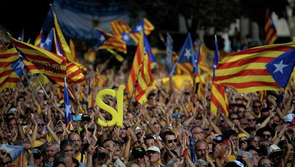 Partidarios de la independencia de Catalonia durante una manifestación en Barcelona - Sputnik Mundo