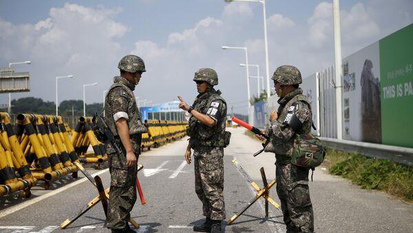 Soldados surcoreanos en la zona desmilitarizada - Sputnik Mundo