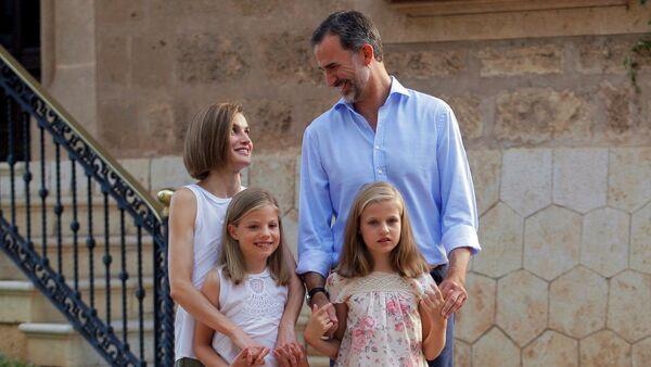 Familia Real: Rey Felipe VI, Reina Letizia con sus hijas la princesa Sofía y la princesa Leonor - Sputnik Mundo