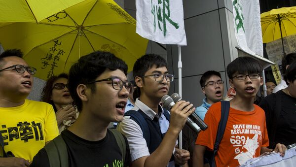 Líderes estudiantiles Nathan Law, Alex Chow y Joshua Wong al llegar a la jefatura de policía de Hong Kong - Sputnik Mundo