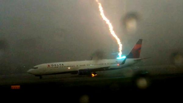 Un rayo impacta contra un avión… - Sputnik Mundo