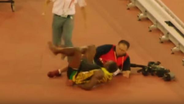 La zancadilla de un cámara a Usain Bolt - Sputnik Mundo