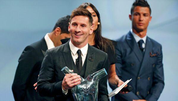 Lionel Messi, delantero del FC Barcelona, recibe el galardón del mejor futbolista de Europa, el 27 de agosto, 2015 - Sputnik Mundo